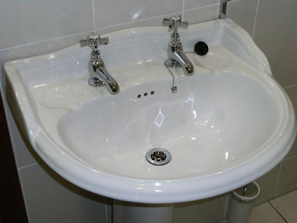 minimalistyczne umywalki stojące